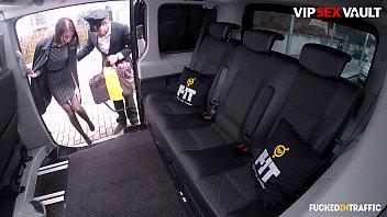 VIP SEX VAULT - Une ado en chaleur prend une grosse bite en voiture pendant la pause de son chauffeur - Liz Heaven